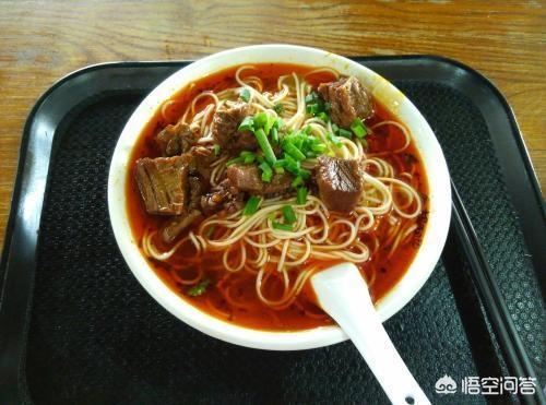 北京小吃店一顿午饭:啤酒一瓶14元,蛋汤一碗13元,牛肉面一份30元,你觉得贵吗?